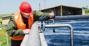 Manutentore controlla un impianto di depurazione di acque reflue