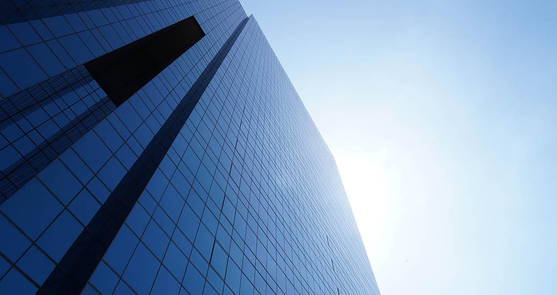 edificio a vetri che riflette il sole