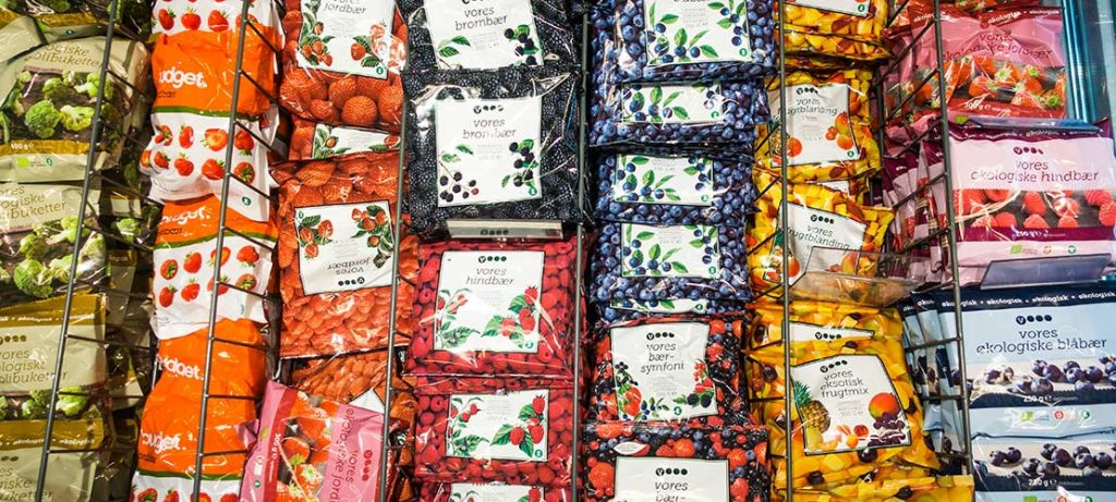 Pacchi di frutta rossa surgelata con IQF nel supermercato
