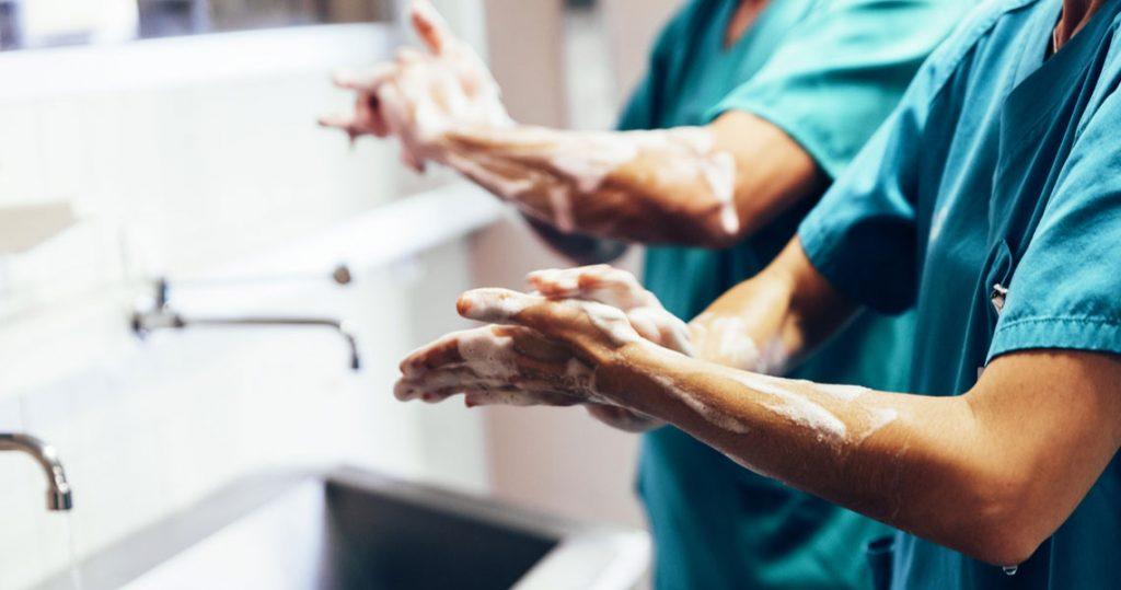 Medici si lavano le mani per evitare il rischio Legionella