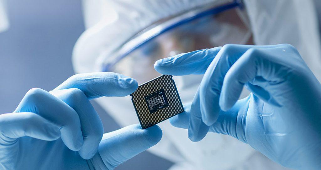 ricercatore che osserva nanotecnologia